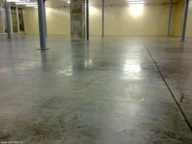 Нанесение пропитки на бетонное основание для упрочнения и обеспыливания верхнего слоя.